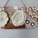 Ceramiczne kwiaty na deseczce - zblizenie boczne