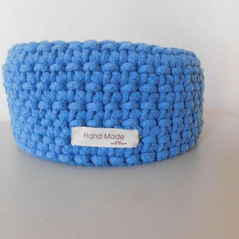 Niebieski koszyk z drewnianym dnem