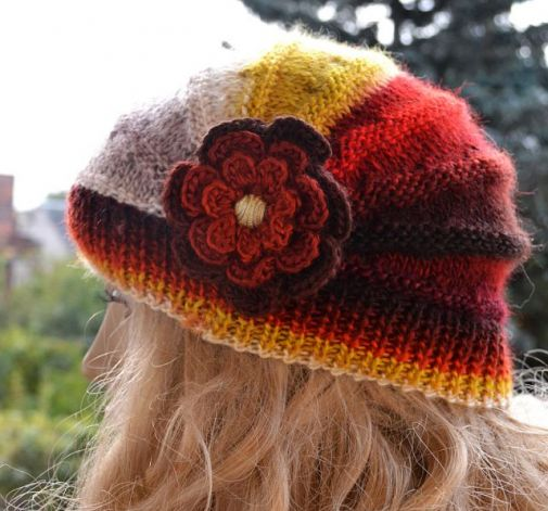 Czapka z kwiatkiem w kolorach jesieni
