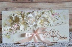 romantyczna kopertówka z białym bukietem
