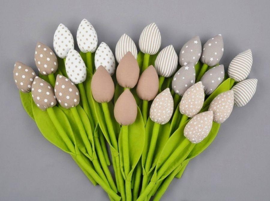 Tulipany, kwiaty z materiału beżowe