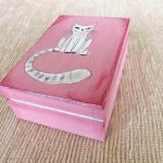 Pudełko malowane śr. - Kot w jasnym różu - półprofil pudełka