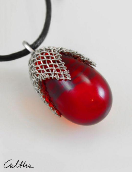 Czerwony w siateczce - wisior średni
