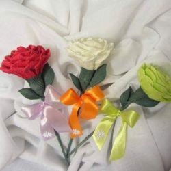 Róża z kokardą