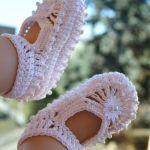 Białe szydełkowe buciki