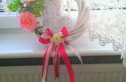 Wianek na drzwi okno biały różowe kwiaty