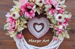 Wianek z sercem i kwiatową dekoracją