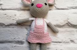 Szydełkowa myszka w różowej ogrodniczce