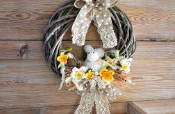 Wielkanocny wianek z szydełkowym zającem 3