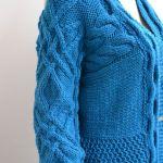 Turkusowy sweter - kardigan z warkoczem