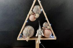Drewniana choinka z aniołkiem LED