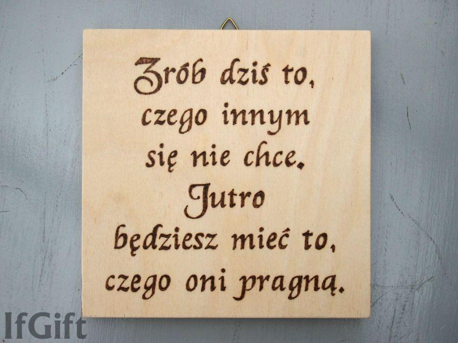 drewniana tabliczka z cytatem działanie