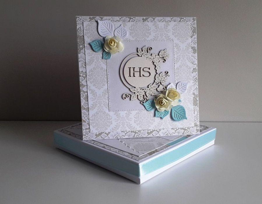 Kartka na Komunię Świętą w pudełku kwiaty IHS