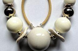 Biała porcelana w srebrnej oprawie, efektowny naszyjnik