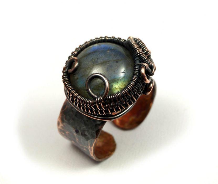 Regulowany pierścionek z labradorytem miedź - szeroka obrączak młotkowana miedź