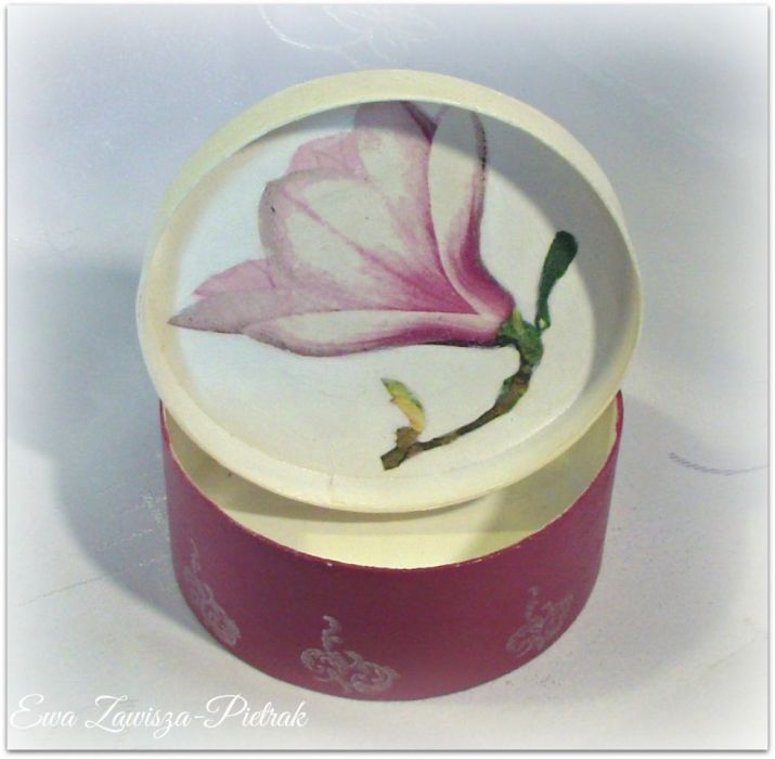Pudełko okrągłe z magnolią - Pudełko okrągłe z magnolią środek
