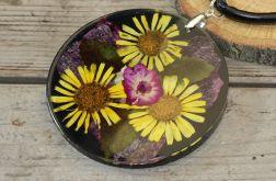 wisior z żywicy i żółtych kwiatów