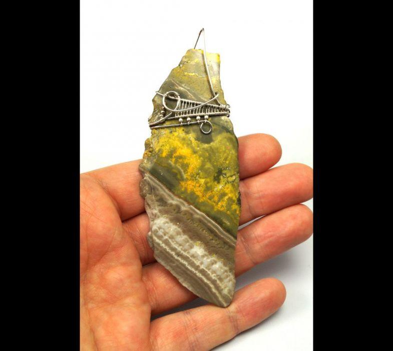 Jaspis Srebrny wisior z jaspisem trzmielim. - wisior na dłoni z jaspisem