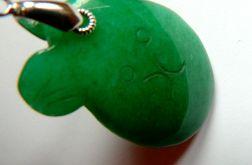 Zielony jadeit, wisiorek w kształcie misia