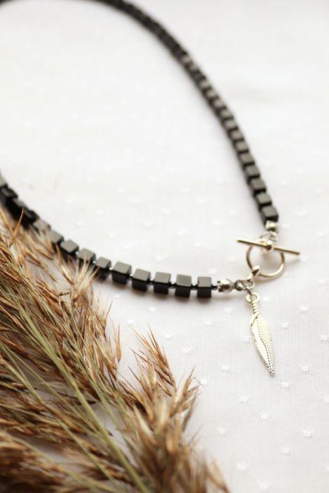 Naszyjnik z czarnymi szklanymi kostkami - Naszyjnik z zawieszką w kształcie piórka