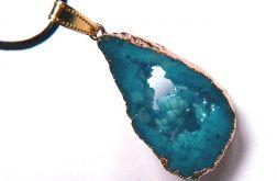 Niebieski, matowy kryształ z druzą, wisiorek
