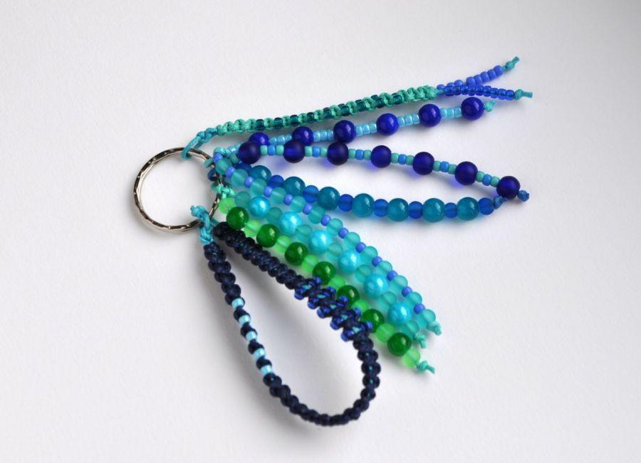Brelok koralikowy niebieski - 6 sznurów koralików i 2 makramowe