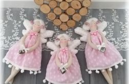 Aniołek w sukience różowej w serduszka