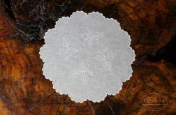 Biała serwetka z haftem szamotulskim