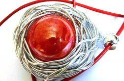 Czerwona porcelana, kula w srebrnym oplocie