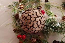 Bombka zdobiona drewienkami
