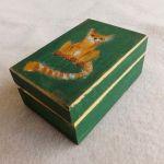 Pudełko malowane małe - Kotek w zieleni - półprofil pudełka