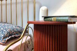 okrągły, bordowy minimalistyczny stolik nocny