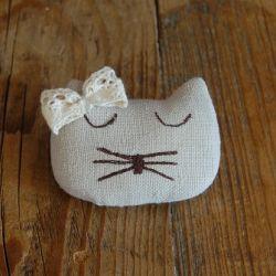 Lniany kotek - broszka