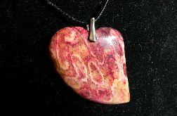 Koral skamieniały fossil, czerwone serce, wisior