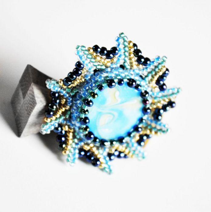 Błękitna broszka z koralików