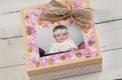 Pudełko drewniane ze zdjęciem i słodyczami