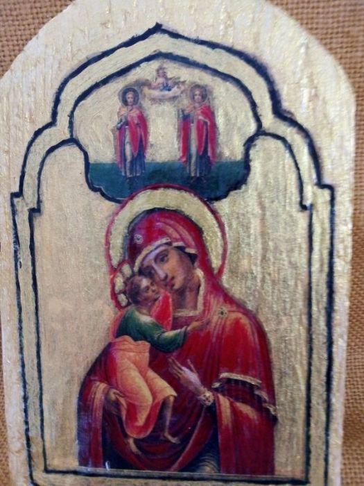 Mała ikona Maryi z dzieciątkiem na starej descze - widok