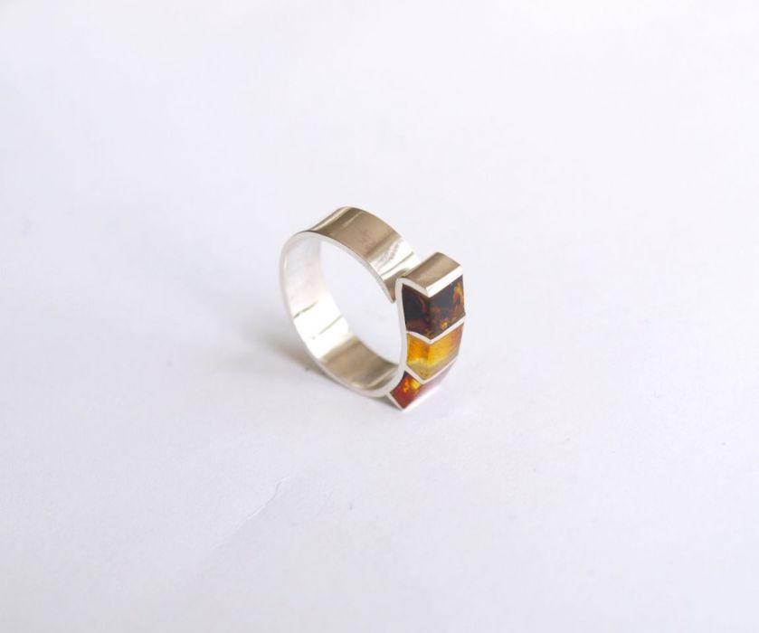 Srebrny pierścionek z bursztynem regulowany