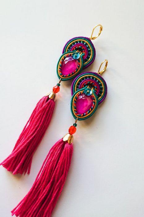 Kolorowe kolczyki z różowymi chwostami
