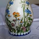 Wazonik łąka polne kwiatuszki - wygląd wazonika z innej strony, wazonik obrócony w stosunku do zdjęcia pierwszego o 180 stopni, na zdjęciu widoczne zarówno motywy łąki jak i zdobienia postarzające; zdjęcie uwidacznia jedną z trzech powtarzających się sekwencji