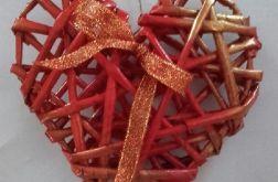 Czerwone serce z papierowej wikliny