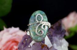 Srebrny pierścionek z rubinem w fuchsycie