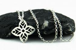 Srebrny naszyjnik z ażurowym kwiatem