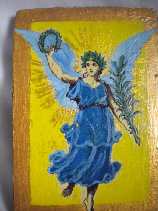 Anioł z gałązką palmową -posłaniec - zblizenie