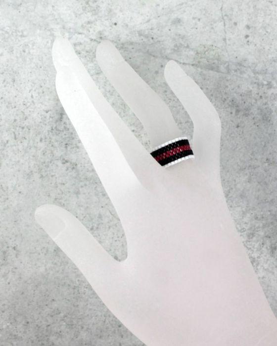 pierścionek różnokolorowy - na palcu