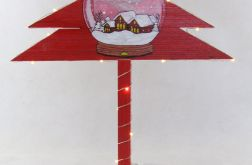 Drewniana choinka -Czerwona, śnieżna kula LED