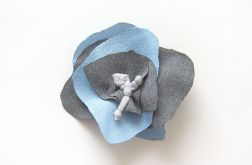 szaro niebieska broszka z materiału
