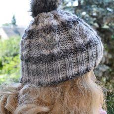 Cieła czapka w warkocze z pomponem szara
