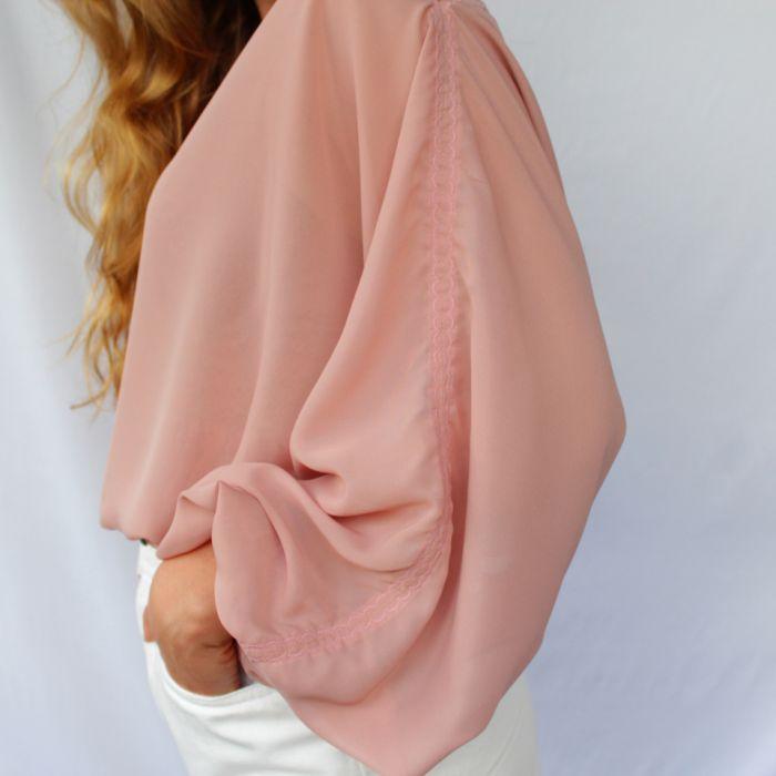 szyfonowa bluzka pudrowy róż - zbliżenie na rękaw