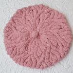 Różowy beret z warkoczem
